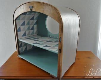 Gift idea: Cabinet shelf turned an old vintage radio station