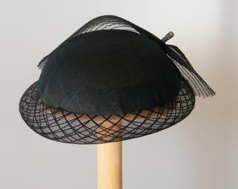 כובע לנשים לאירוע מיוחד- כובע שחור לאמא של כלה-  כובע אלגנטי לנשים- כובע קייט מדלטון - כובע שנות העשרים/ - כובע לחתונה - כובע קלסי