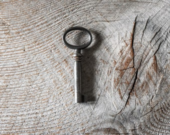 Antique Skeleton Key, Metal Key, Collectibles, Jewelry Supply,