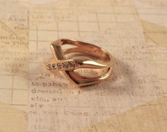 Avon Sparkle Kiss Gold Tone Ring With  Rhinestones  - Vintage 1989