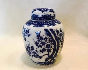 Chinese Oriental Blue Floral Porcelain Ginger Jar/Urn