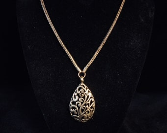 Teardrop Pendant Necklace. Vintage.