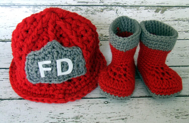 Feuerwehrmann-Helm in rot grau und weiß mit passenden Stiefel