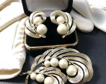 Stunning pearl demi parure vintage brooch and earring set