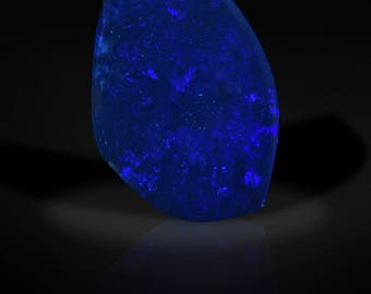 Graceful Freeform 23 ct Lightning Ridge Black Opal