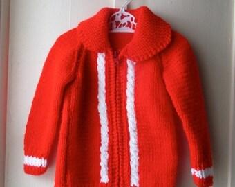 ON vente pull tricoté à la main rouge vif en 1970 ' s Vintage veste pull rouge et blanc cableknit / Vintage en tricot pull enfant taille 12 à 24 mont