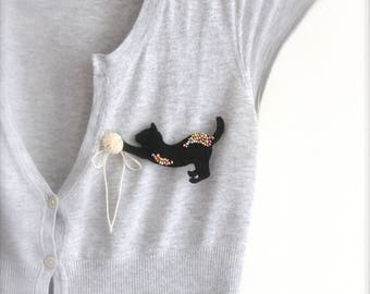 Black cat brooch Cat accessory Cat silhouette Cute Felt brooch Embroidered cat Black Cat lovers Kitten playing with yarn Christmas Gift idea