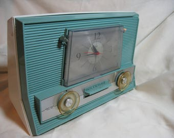 Vintage 1960's RCA Victor Tube Clock AM Radio, Model 3RD65, Aqua Blue on White, working condition.