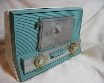Vintage 1960's RCA Victor Tube Clock AM Radio, Model 3RD65, Aqua Blue on White, working condition.