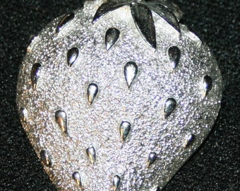 """Vtg Sarah Coventry Strawberry Pin Brooch 2"""" x 1 1/2"""" Vintage Jewelry Silver Tone"""