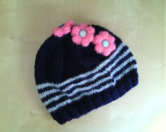 Crocheted hat for girls in wool with flowers