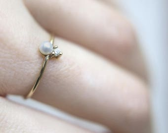 Minimal Diamond & Pearl Ring in 14 Karat Gold