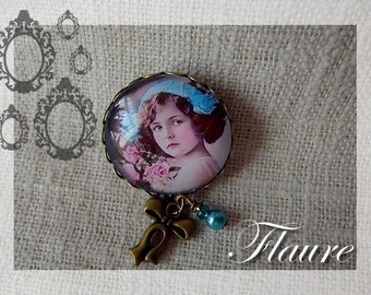 "A pin ""retro little girl"""