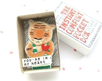 Tijger Love - The Instant Comfort Pocket Box - je bent in mijn hart - Valentijnsdag gift - troost en vrolijken vak