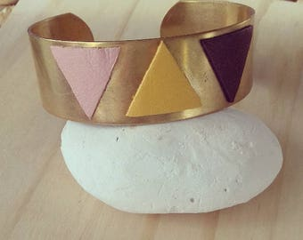 Cuff Bracelet in raw brass with its geometric shapes in pink/yellow/brown leather.