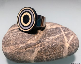 Ring. Handmade jewel, coloured paper and steel, unique piece, quilling technique. 70's inspirations. Adjustable. Colors: beige, black, grey