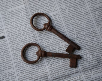 Set of 2 vintage French skeleton keys, ornate iron keys for gates or doors, collectibles, wedding favors, cottage chic decor