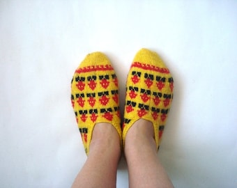 knit womens Slippers, red black yellow hand knit Turkish Anatolia Slippers, girls slippers, crochet socks, adult booties, home shoes