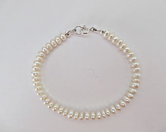 Button pearl bracelet, Freshwater pearl bracelet, Simple pearl bracelet, Ivory pearl bracelet, Elegant pearl bracelet, Made in the UK