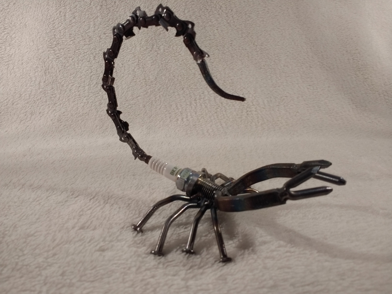 Zündkerze Skorpion-Skulptur