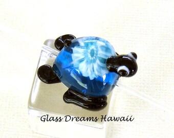 Glasperle Schildkröte (Honu), handgefertigte Glasperlen, Hawaii-Murano-Glas, Honu mit Herz, handgemachte Schildkröte-Perle, winzige Skulptur