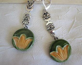 """Ravissantes petites boucles d'oreilles pendantes """"Création en céramique et connecteurs"""""""