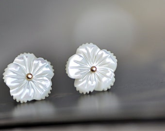 White MOP Shell Flowers 11mm, Carved Mother of Pearl Flower beads  -(V1054)/ 10pcs