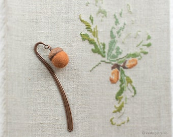 Acorn bookmark - Copper metal book mark with real oak acorn cap and felted wool bead in brown - Woodland bookworm gift - Wedding anniversary