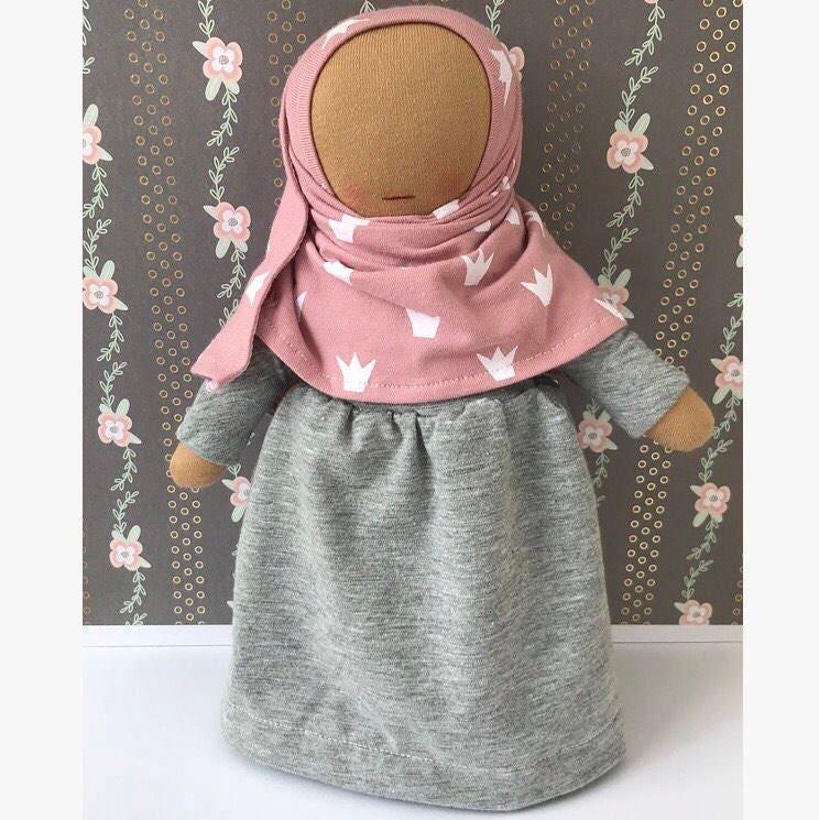 "Hijabi Doll ""Malikah"" Halal Faceless Islamic Hijab Abaya islamische Puppe mit Kopftuch Jilbab ohne Gesicht Waldorf Eid Gift Geschenk"