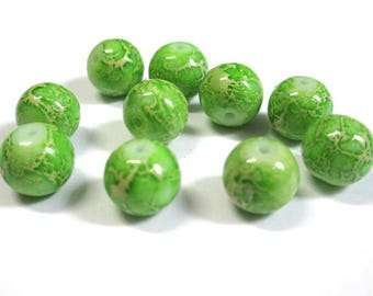 10 green marbled off-white glass beads 10mm (S-28)