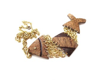 Vintage Tropical Lighweight Gold Tone Chain & 3 Piece Brown Carved Coconut Aquatic Fish / Fishy Movable / Dangle Unmarked Pendant Necklace