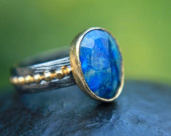 Sterling silver 925 oxidized and gold plated ring with a natural lapis lazuli stone
