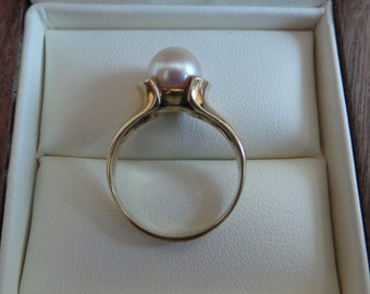 Antique gold ring with big pearl