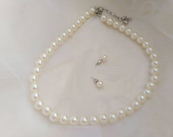 A classic white glass pearl necklace designed with white glass pearls! Perfect for Bridesmaids. Beautiful Delicate Necklace