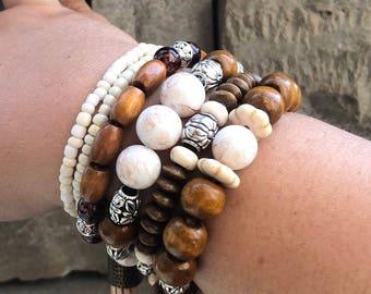 Beaded bracelet set.                                  Conjunto de 6 pulseras elásticas.
