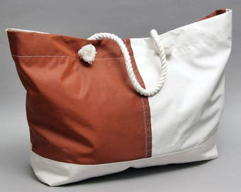 Dongfeng - Weatherproof beachbag made of a recycled sail