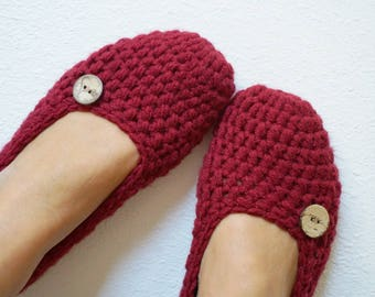Extra thick, Simply slippers in Burgundy , Adult Crochet Slippers , Women slippers with natural coconut shell round button, house shoes