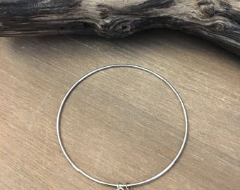 Bangle with sequin black and small silver leaf.