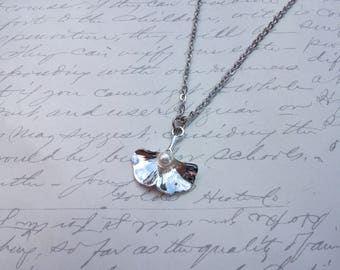 Gingko leaf necklace with pearl