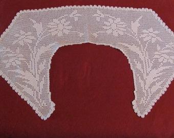 Vintage Ecru Crocheted Collar Flower & Leaf Pattern Scalloped Edging