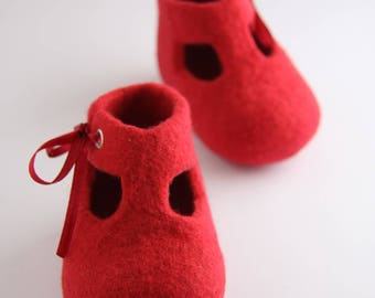 Baby shoes, felted crib shoes, baby shower gift, baby photo prop, unique baby outfit, Christening shoes, Baptism gift, handmade present