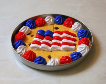 Food For American Girl Dolls. Patriotic Cookie Cake And Pan. Serves Four Dolls.