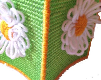 Spring tissue cover, summer tissue cover, Green, white and yellow Daisy tissue cover in plastic canvas