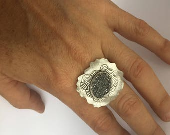 Ring with black oval druza