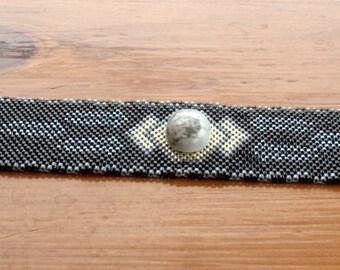 Tissée en perles manchette Peyote perles Bracelet Delica perles en étain, noir et une touche de blanc pour accentuer la Pierre Turquoise Buffalo est unique en son genre