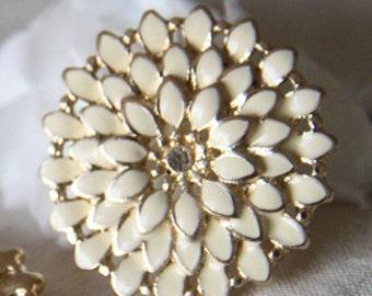 2 pcs of cream pedal with rhinestone 26mm chrysanthemum flower charm