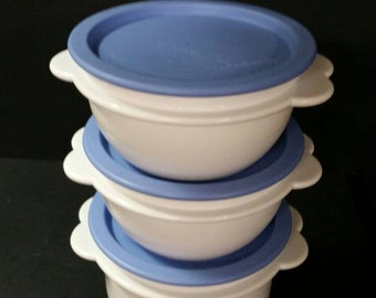 Vintage tupperware bowls  with lids.