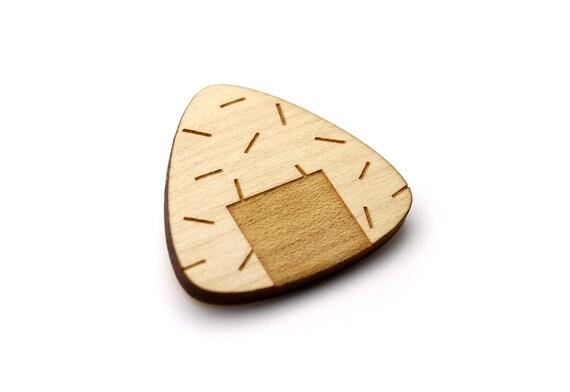 Onigiri brooch - onigiri pin - Japanese food jewelry - Japan accessory - lasercut maple wood - kitsch graphic jewellery - sushi - maki