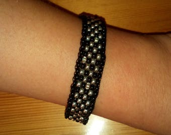 Woven bracelet in black and silver seed beads