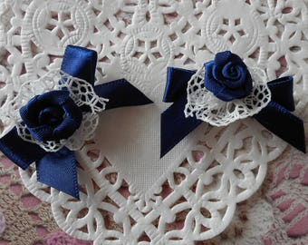 Navy blue satin bows with a satin rose on a ruffle in white lace of 4.00 cm long (with 2 bows).